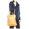 Praktická hnědá camel kožená kabelka a batoh 2v1aveline